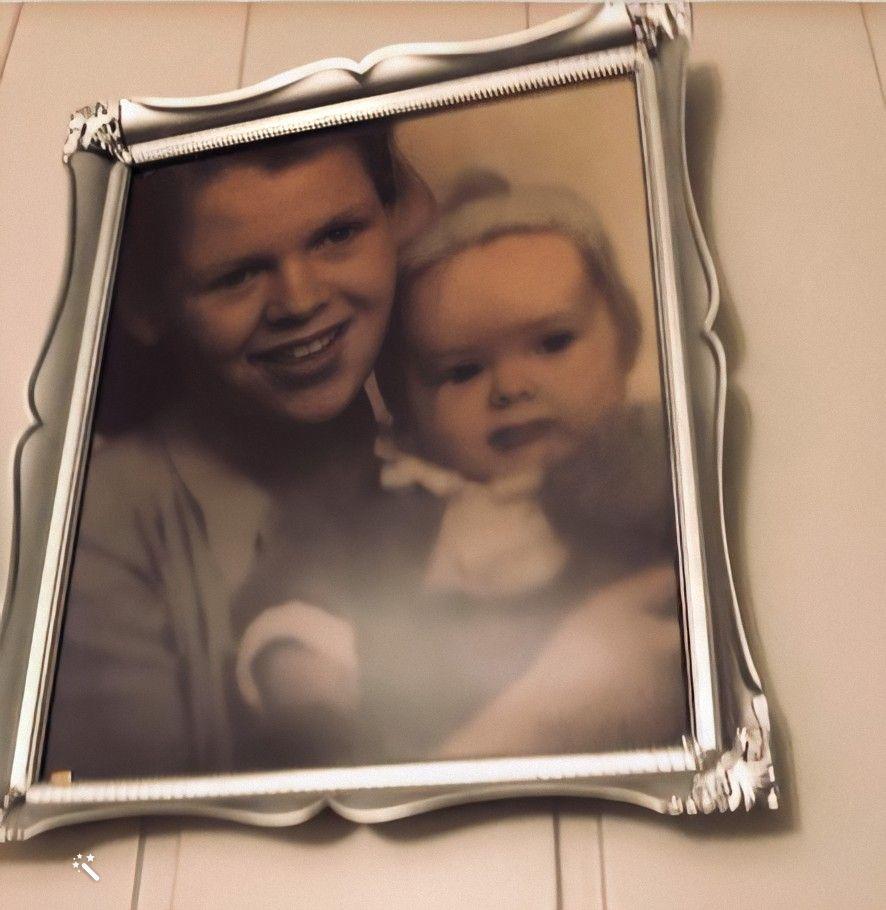 Kjells far Thor Willy sammen med sin mor i sitt første leveår. Bildet er forbedret me MyHeritage <a href=